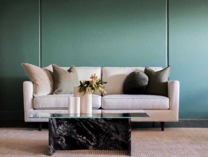 sofa i mermerni klub sto